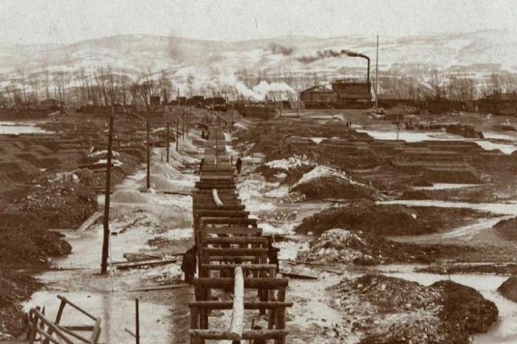 Вид на остров с левого берега Енисея. Фото снято весной 1913 года, во время строительства дюкерного перехода для водопровода (после таяния льда конструкция оказалась под водой)