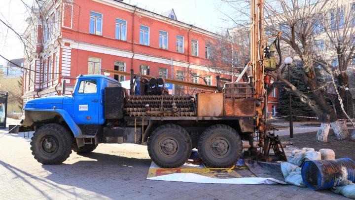 По всему центру Красноярска расставлены буровые машины. Мы выяснили для чего