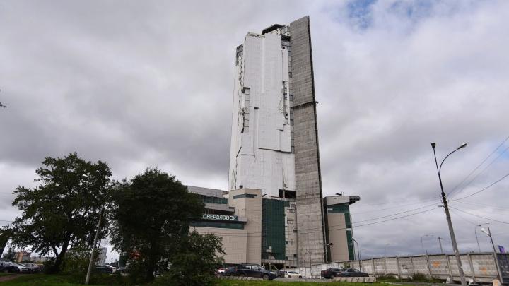 Мэрия Екатеринбурга закажет экспертизу незаконного небоскреба у вокзала, чтобы его наконец можно было снести