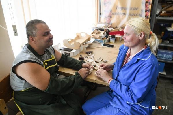 Дмитрий и Евгения в деревообрабатывающей мастерской «Благого дела»