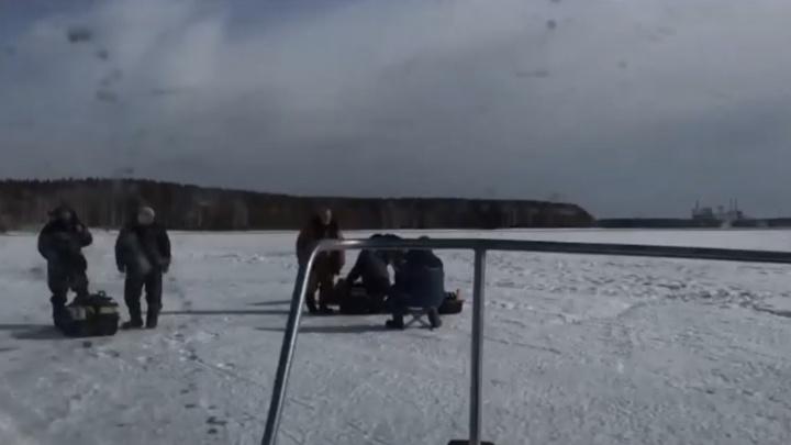 Спасатели показали, как вытаскивали рыбаков с отколовшейся льдины на Белоярском водохранилище
