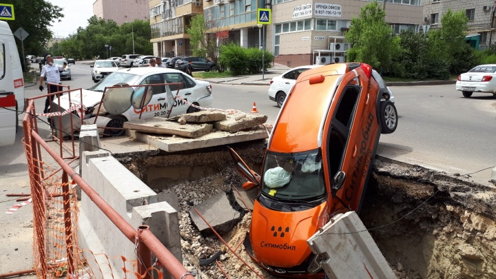 «Пострадали два человека»: в Ворошиловском районе попавшее в аварию такси провалилось в траншею
