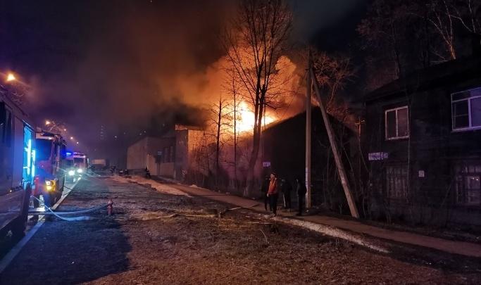 Следователи завели дело о массовом убийстве после ночного пожара в Пионерском поселке