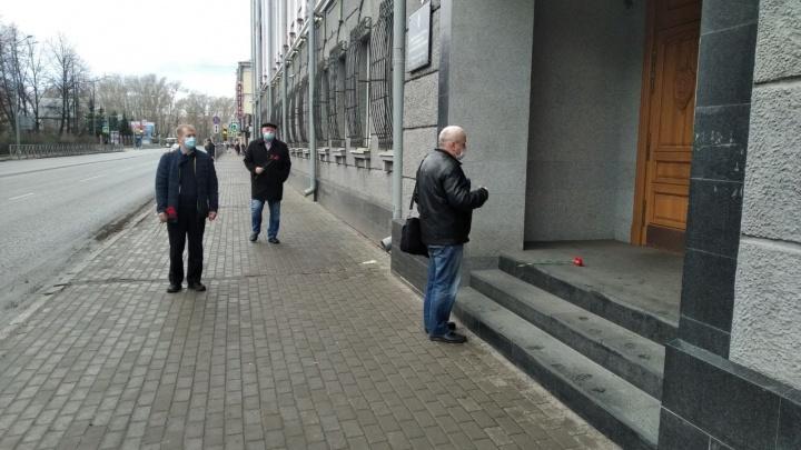 Архангельские оппозиционеры возложили цветы на крыльцо здания ФСБ