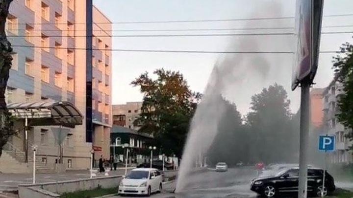 Из колодца в Ленинском районе забил фонтан — водой залило припаркованные машины