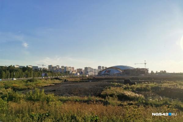 Московскую площадь возводят рядом с Ледовым дворцом «Кузбасс». В конце июля 2020-го площадка выглядела так