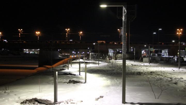 На набережной Оми установили фонари высотой по пояс. Мы спросили про них у архитектора