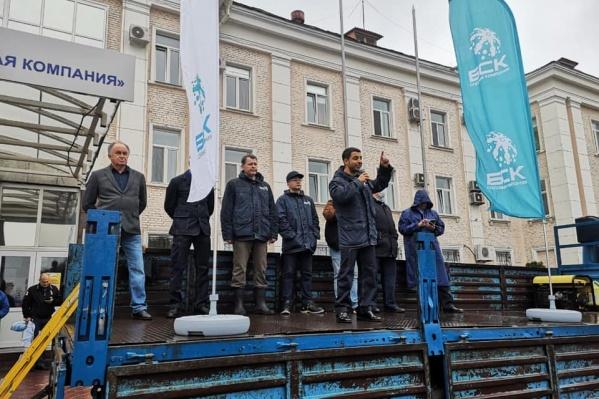Руководитель предприятия выступал перед рабочими в период протестов