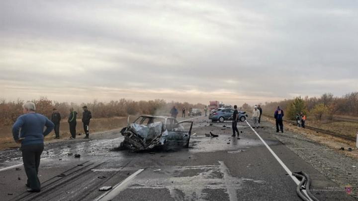 На трассе в Волгоградской области в столкновении грузовика и легковушек пострадали пять человек