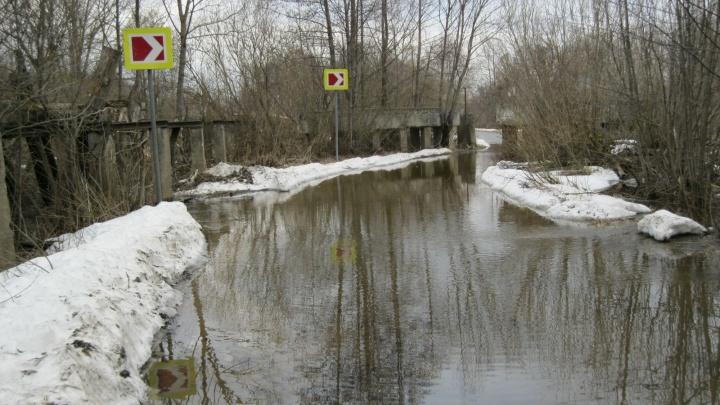 В Борском районе из-за паводка подтопило мост через реку Линда