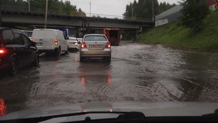 Машины практически плывут: в Екатеринбурге улицу затопило из-за дождя