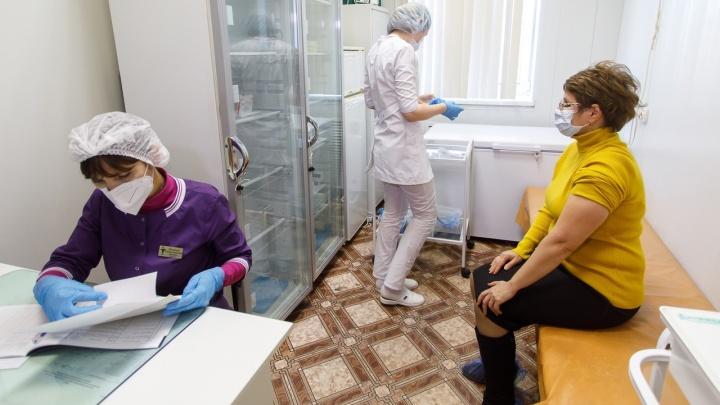 В Волгограде чиновники создали очереди на прививку от коронавируса, а теперь начали с ними бороться
