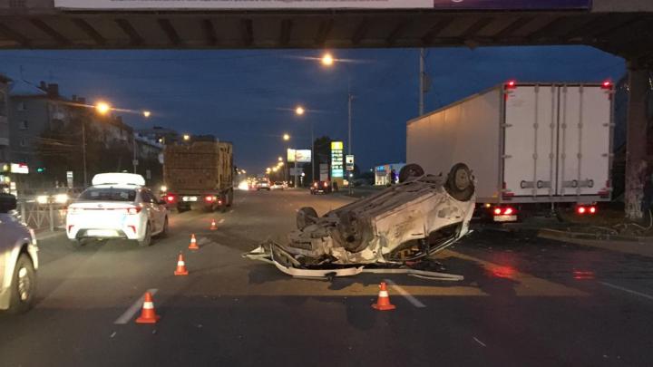 На Большевистской Toyota врезалась в ограждение и перевернулась на крышу — два человека серьёзно пострадали