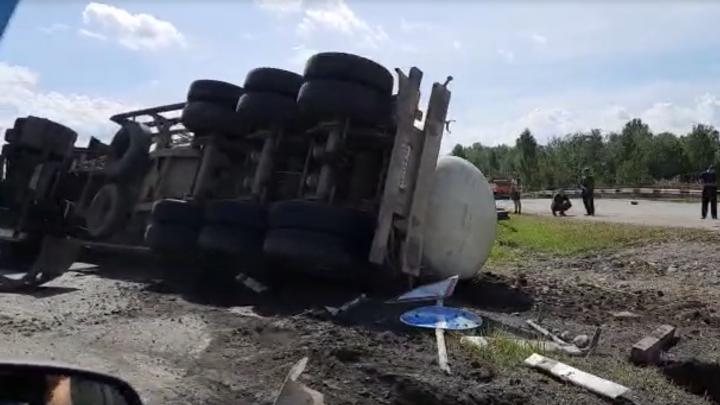 «Пожарные ее поливают»: на Серовском тракте перевернулась цистерна
