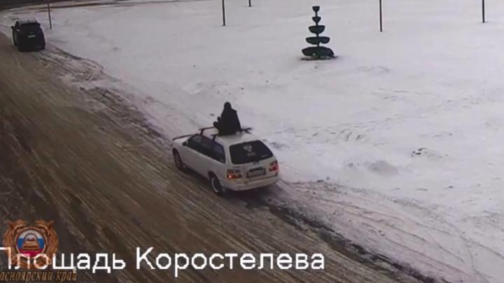 Девушка катала подругу на крыше автомобиля и попала на штраф в 2000 рублей
