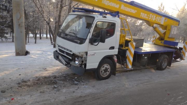 На Лукашевича автовышка столкнулась с маршруткой