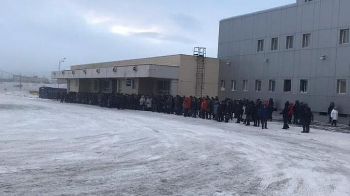 «Мэра запихать в эту гущу»: жители сняли огромную очередь на автобус в Норильске