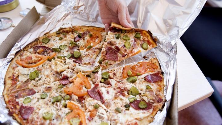 «Вы берёте коробку неправильно»: 5 вещей, которые бесят доставщиков пиццы