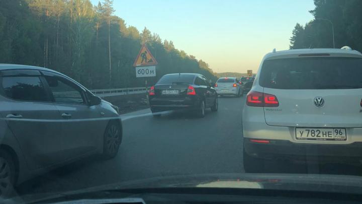 «Встрянете на два часа»: на выезде из Екатеринбурга огромная пробка