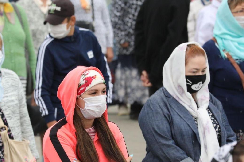 На людях всё ещё можно увидеть маски с интересными рисунками