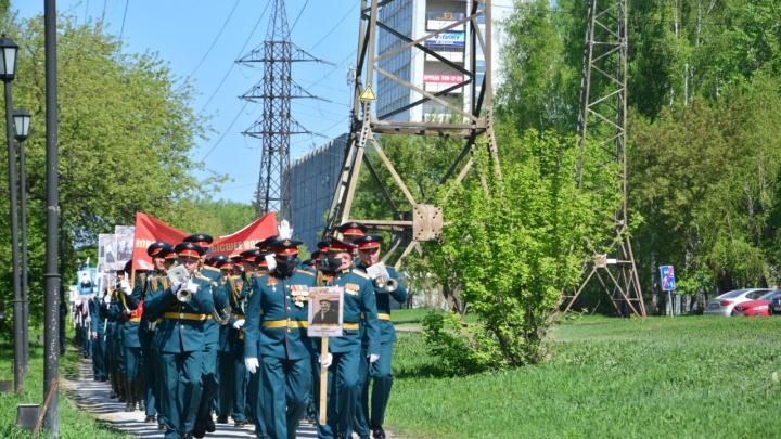 Военные с оркестром маршем прошли по Академгородку — их сняли с балконов на видео