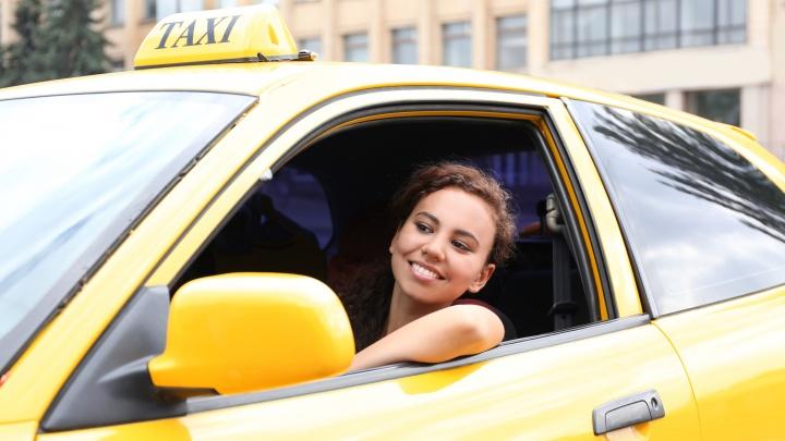 Кто поведет: аналитики выяснили, что россияне думают о женщинах за рулём такси