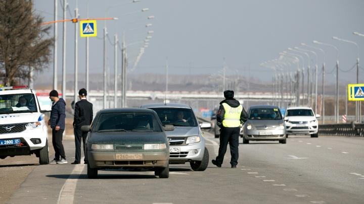 «Тормозят всех подряд»: появилось первое видео с блокпостов в пригороде Красноярска