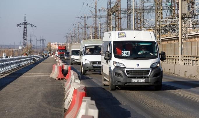 «Едут и стоят примерно одинаковое время»: плотину Волжской ГЭС парализовало двухкилометровой пробкой