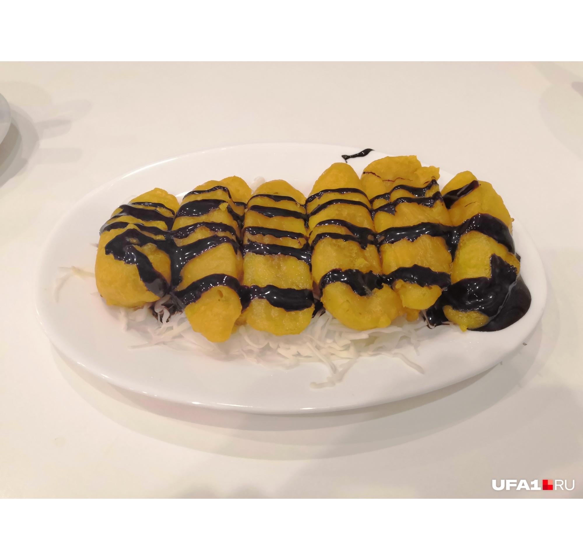 Удивила подача бананов — они покоились на листе капусты