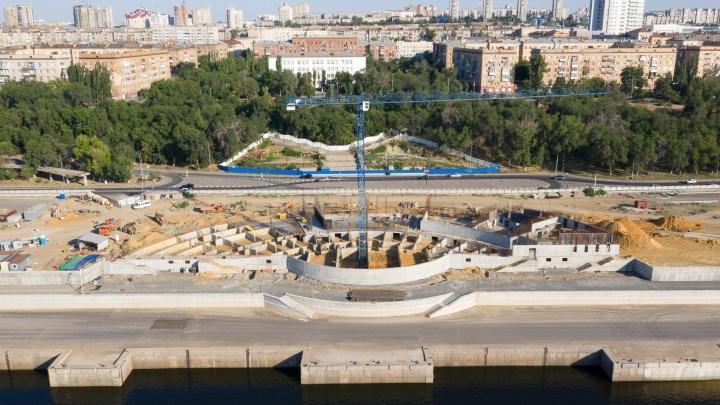 Показываем с земли и неба большую стройку на набережной Волгограда
