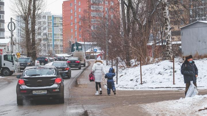 Часть улицы Левченко с новостройками стала «жилой зоной», но машины тут ездят как по дороге. Недавно здесь сбили девочку