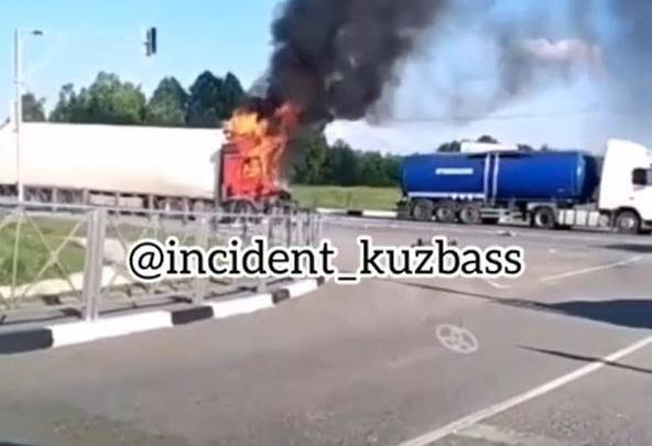 На кузбасской трассе после ДТП водитель грузовика сгорел заживо