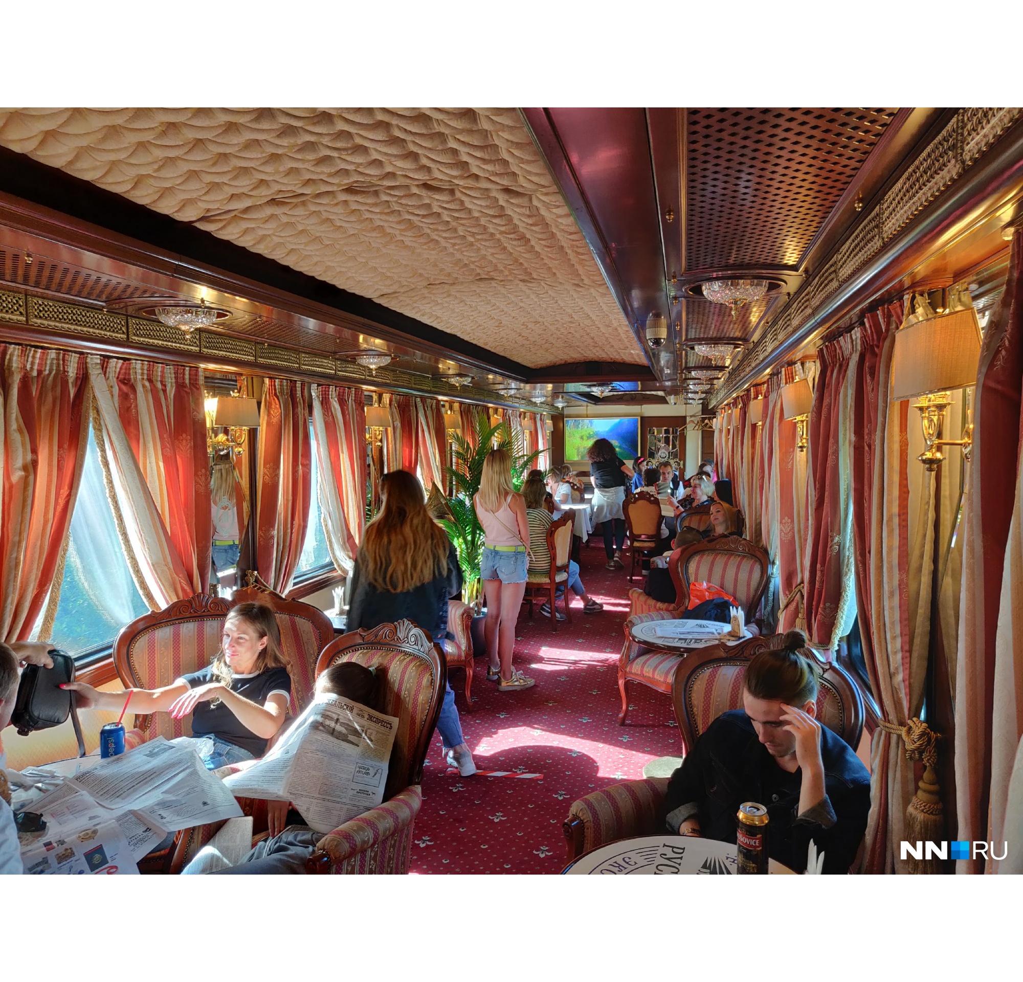 В вагоне-ресторане всё выглядит дорого-богато