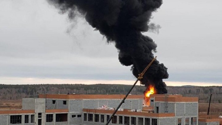 На стройке в Академическом разгорелся крупный пожар
