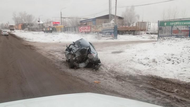 В лепешку: на Ракитовском шоссе грузовик переехал легковушку