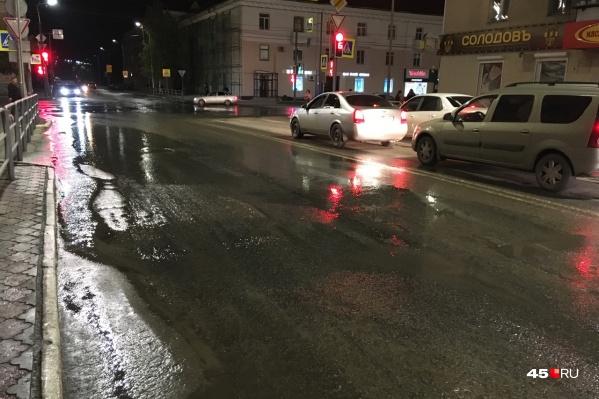На этом участке улицы Ленина частенько происходят аварии на сетях