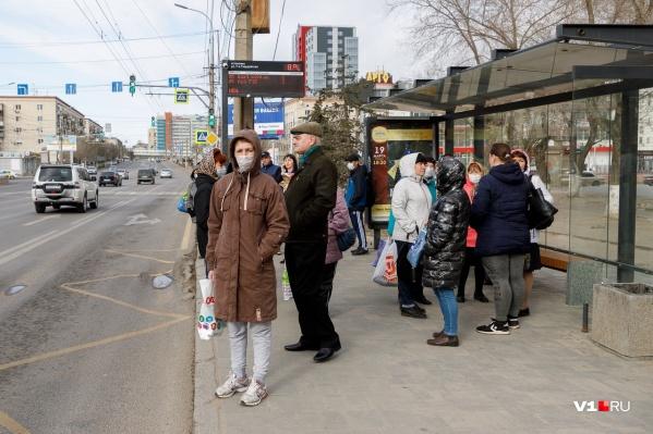 Закрытие городских маршрутов коснулось и тех, кому на самоизоляцию уходить нельзя
