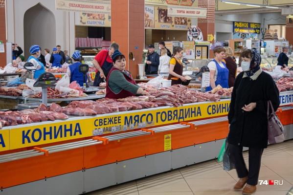На снимке хорошо видно, что часть продавцов на Центральном рынке соблюдает меры безопасности, но часть не носит даже масок