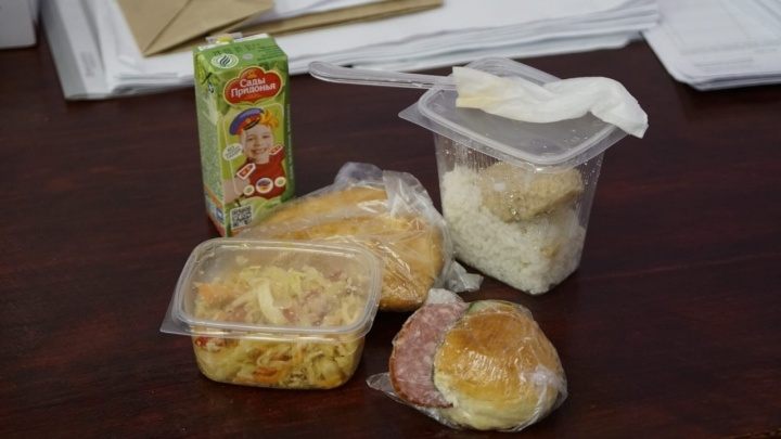 Члены избирательной комиссии показали, какие продуктовые пайки им выдали на день