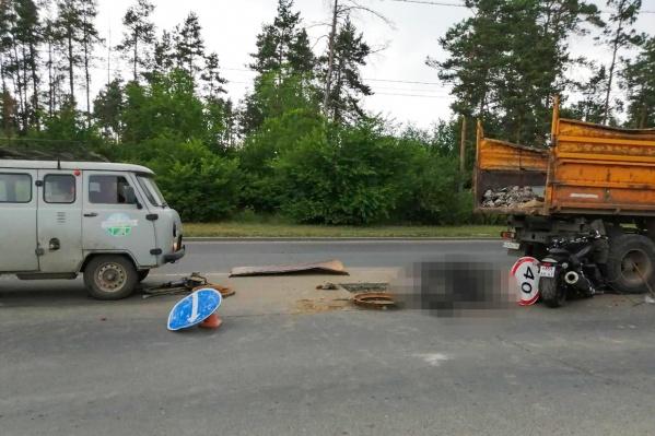 Водитель мотоцикла наехал на дорожный знак