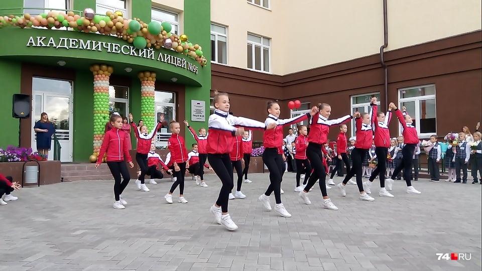 Праздничную линейку начали выступлением коллектива фитнес-аэробики, дети которого тренируются в школе