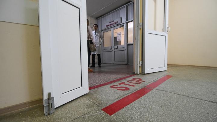 «Он может прийти в больницу»: у палаты девочки, которую ранили ножом на Широкой Речке, поставили охрану