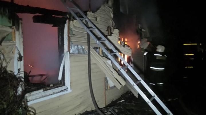 Проснулись от запаха гари: в Екатеринбурге у пожилой пары сгорел дом