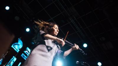 Вместо танцпола — столики: смотрим, как проходит фестиваль «Беломор-Буги» в период пандемии