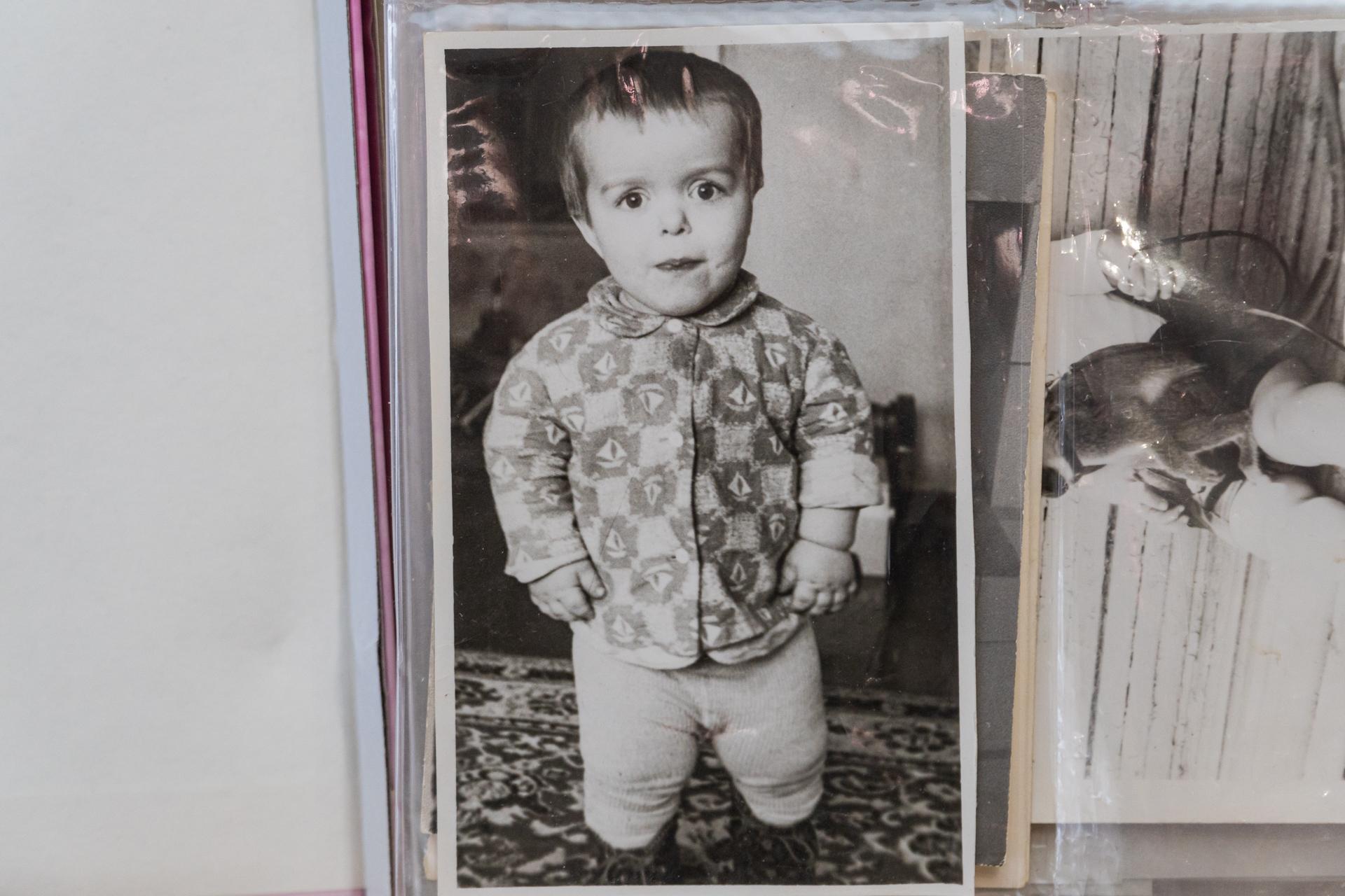Мальчик в детстве был окружен заботой и любовью