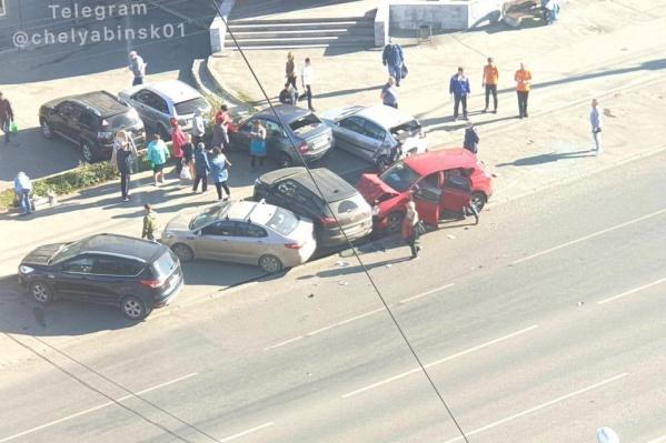 На пути неуправляемой машины оказались четыре авто