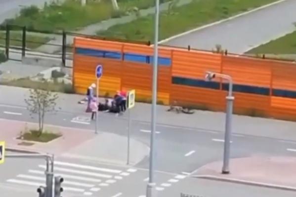 На записи видно, как мужчина пинает велосипедиста ногой в спину, а после наносит ему еще несколько ударов