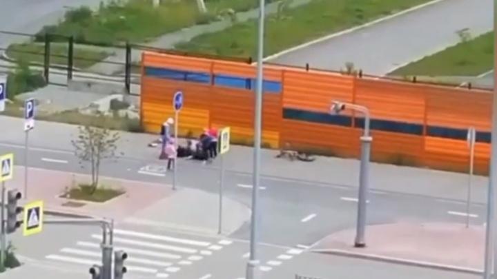 В Екатеринбурге мужчина напал с ножом на велосипедиста, который врезался в его дочь: видео