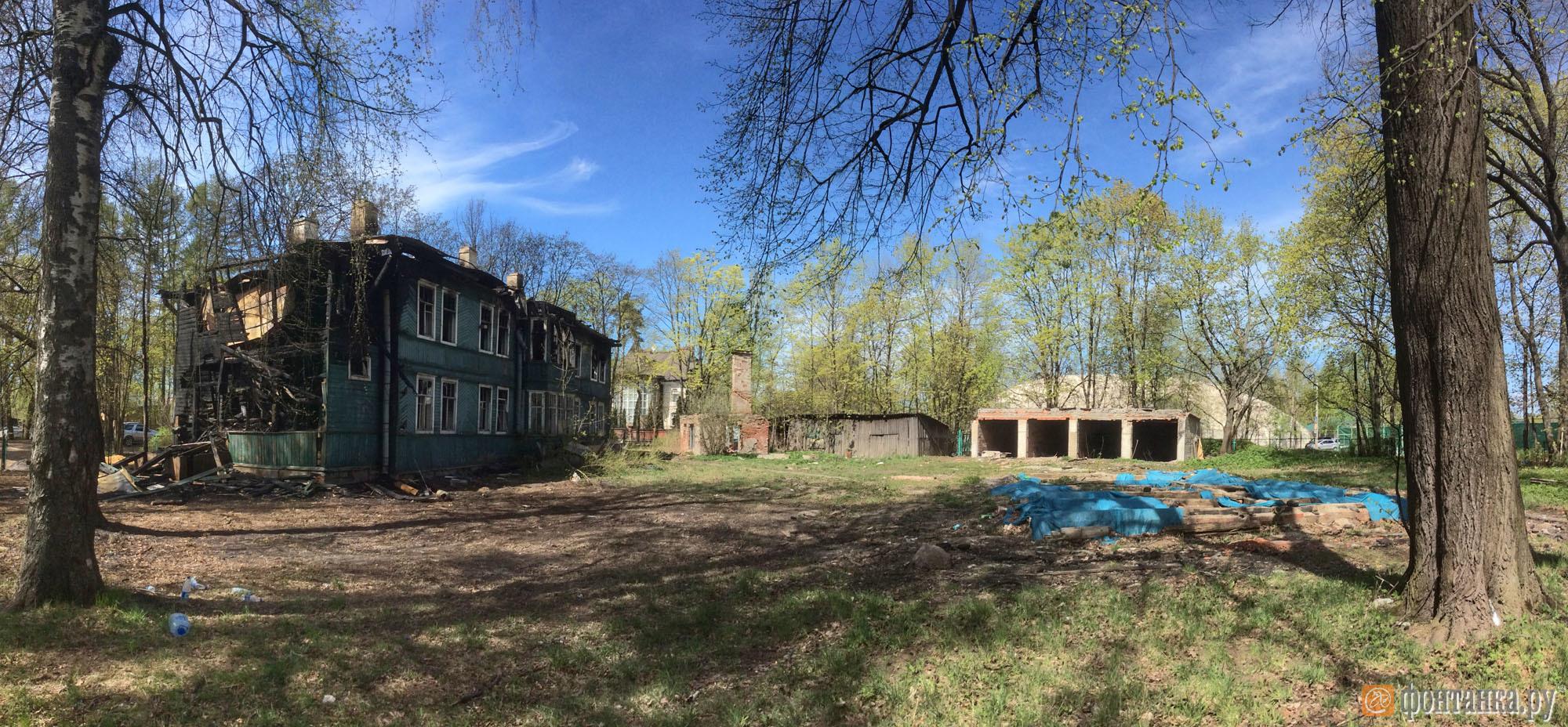 Слева горевшее 21 мая 2017 года здание, справа — территория снесенного памятника<br>