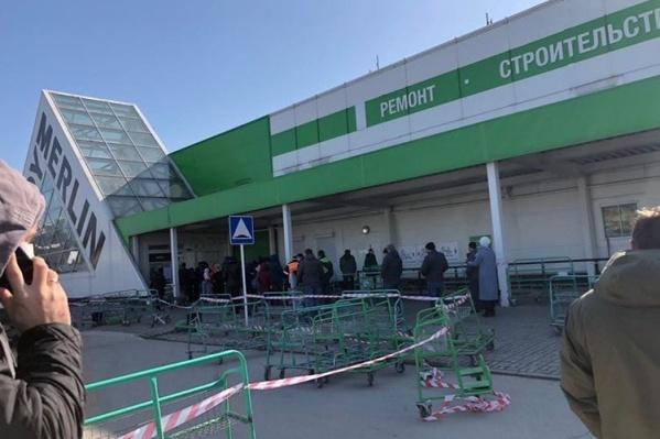 Покупатели застряли утром в очереди на пару часов
